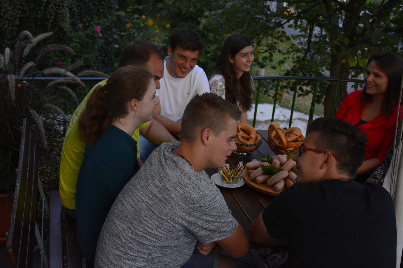 Gäste beim Vespern auf der Terasse vom Gasthaus Steigerwaldhöhe